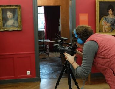 La réalisatrice Véronique Aubouy filme dans les salles du musée